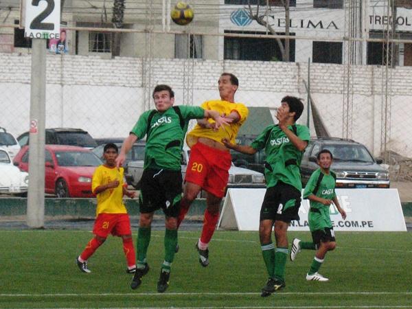 MUY ARRIBA. El cuadro 'canario' jugó con inteligenia y rápido fútbol. Justificando su liderato. (Foto: José Salcedo / DeChalaca.com)