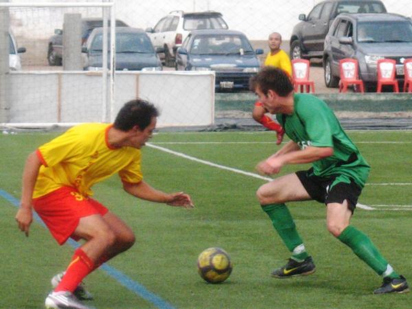 SIN PASE. Casta intentaba llegar pero sin resultado alguno. La defensiva 'canaria' estuvo bien parada. (Foto: José Salcedo / DeChalaca.com)