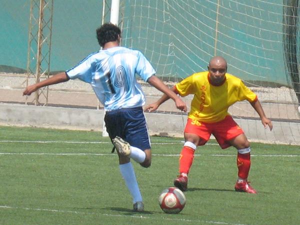 SIEMPRE A LA VISTA. Sacachispas tuvo algunas llegadas de gol; sin embargo, fueron frenadas por la defensiva 'canaria' que nunca se descuidó. (Foto: José Salcedo / DeChalaca.com)