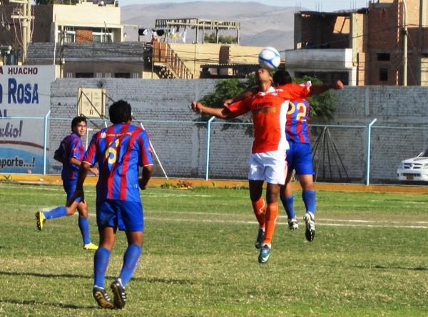 NI UNO POR PERDIDO. El partido se disputó sobre todo en el mediocampo, por la agresividad de ambos en la marca. (Foto: Juan Luis Codina)