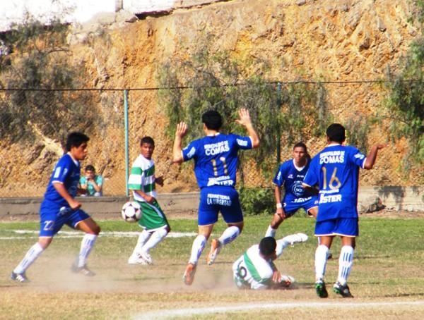 FÚTBOL MACHO. No se dieron tregua. Géminis y América Callao jugaron fuerte, pero siempre al balón. (Foto: Wagner Quiroz / DeChalaca.com)