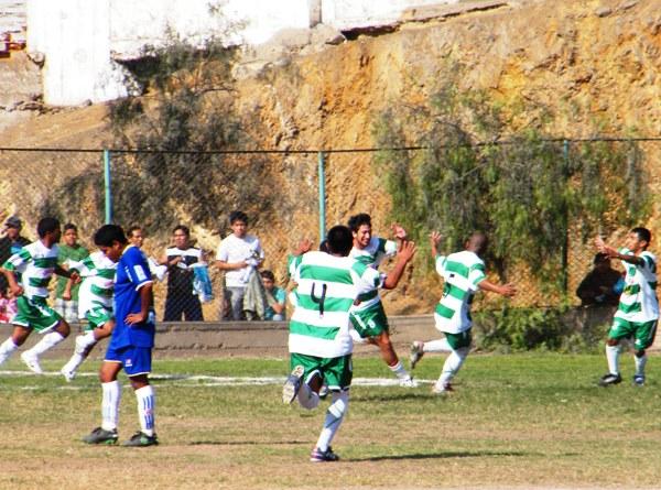 ESTÁN CALLAOS. América Callao abrió la cuenta en Comas y los jugadores y comando técnico estallaron de alegría. (Foto: Wagner Quiroz / DeChalaca.com)