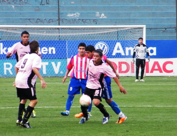 MUCHA LUCHA. El juego por momentos fue bastante peleado. El balón iba de un lado a otro. (Foto: Wagner Quiroz / DeChalaca.com)