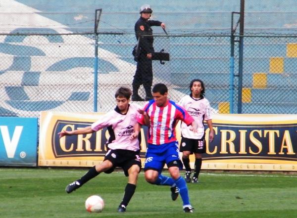 NO HAY POR DONDE. En buena parte del partido, Estudiantes Condestable tuvo que tirarse atrás para defender el cero. (Foto: Wagner Quiroz / DeChalaca.com)