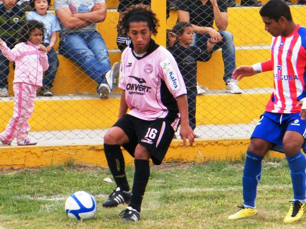EN SU SALSA. Sheu Obregón constanemente buscaba la línea para hacer su juego y desesperar al rival. (Foto: Wágner Quiroz)