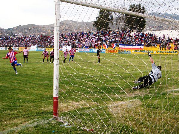 NADA MARAVILLOSO. Desde los doce pasos, Rudy Maraví anotaría el empate para Estudiantes, minutos después de que viera caído su arco. (Foto: Wágner Quiroz)