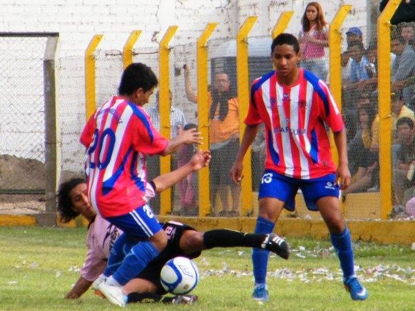 TAMBIEN SE ENSUCIA. Sheu Obregón demostró que no solo sabe jugar con el balón en los pies, el volante también apoyó en la marca. (Foto: Wágner Quiroz)