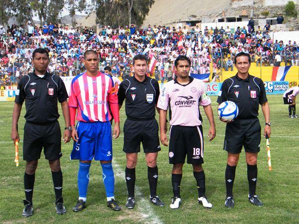 RIGOR. Henry Gambetta aparece nuevamente en un partido complicado, pero de Copa Perú al fin y al cabo. (Foto: Wágner Quiroz)
