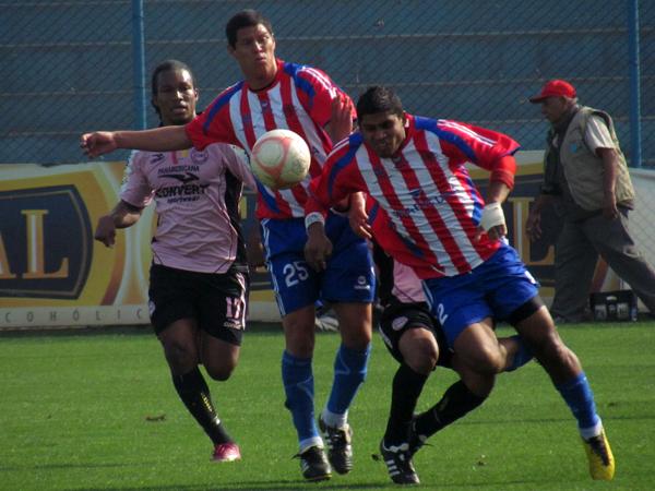 LUCHA TOTAL. Ninguno de los dos equipos daban por perdido el esférico. El juego se hacía fuerte y bastante luchado. (Foto: José Salcedo / DeChalaca.com)