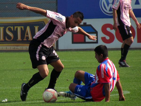 BALÓN EN JUEGO. Luis Rojas y Carlos Peralta pelean por el balón. No se tenían que dar ninguna ventaja. (Foto: José Salcedo / DeChalaca.com)