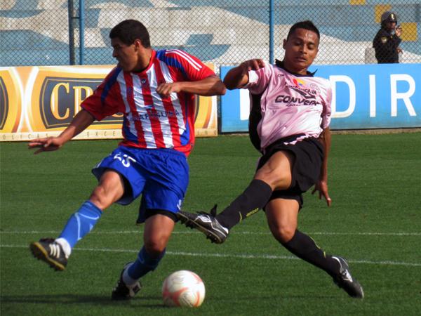 LAS TUVO. Luis Rojas tuvo una clara ocasión para anotar pero no llega con comodidad ante la presencia de Jorge Ramírez. (Foto: José Salcedo / DeChalaca.com)