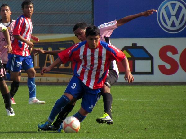 SIEMPRE AL LÍMITE. Dany Lozano tiene el esférico en su poder pero no tiene mucho espacio para ingresar ante la marca de Omar Reyes. (Foto: José Salcedo / DeChalaca.com)