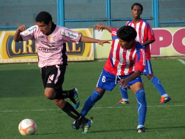 PUSO SU CUOTA. Renzo Ángulo ingresó y también mostró su gran juego en el campo. Por momentos desesperó a la defensa de Condestable. (Foto: José Salcedo / DeChalaca.com)