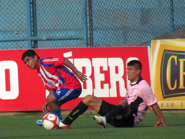 SE LES IBA LAS OPCIONES. Carlos Peralta se lamenta tras perder el esférico ante Christian Toscano. (Foto: José Salcedo / DeChalaca.com)