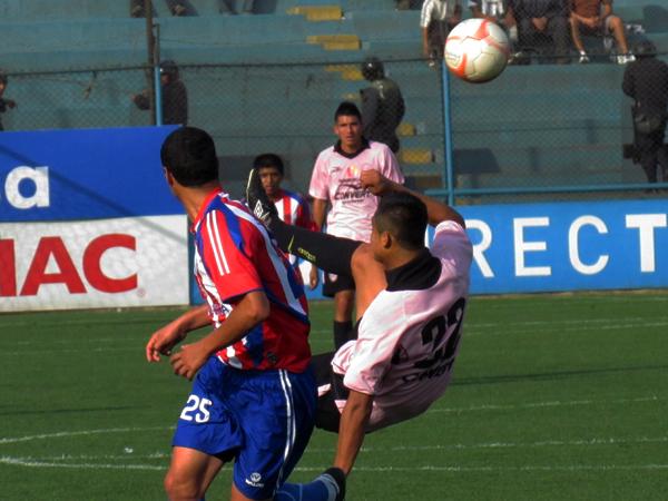 TODO PARA ADELANTE. Luis Rojas hace lo que sea para lograr que el balón se juegue en área de Condestable. (Foto: José Salcedo / DeChalaca.com)