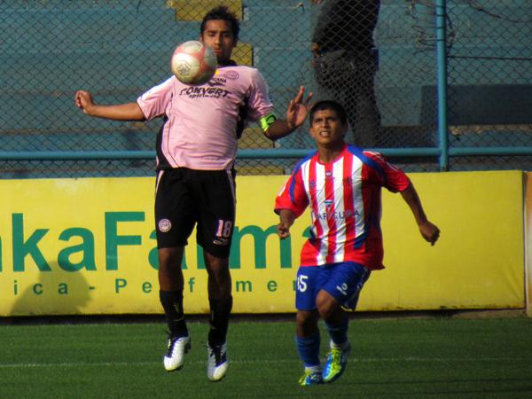 AQUÍ ESTOY YO. Angello Gonzales se anticipa a Carlos Peralta y gana el balón. El capitán de Pacífico estuvo firme. (Foto: José Salcedo / DeChalaca.com)