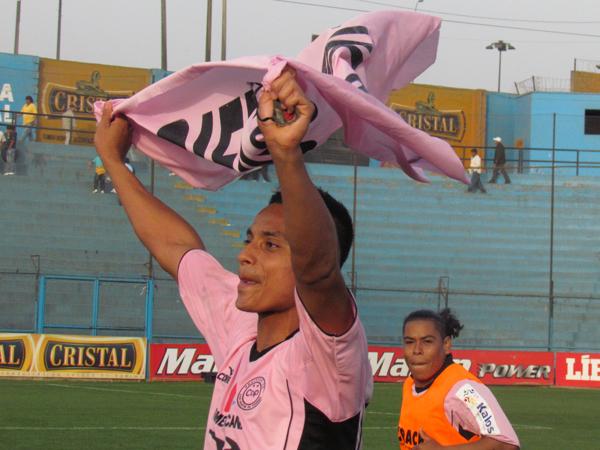 ASÍ DE SIMPLE. La imagen de Luis Rojas celebrando con una banderola de Pacífico. El conjunto de San Martín pasó a la final de la Etapa Regional en la Región IV y clasificó a la Etapa Nacional de la Copa Perú. (Foto: José Salcedo / DeChalaca.com)