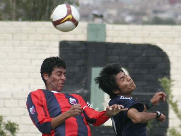 POR TODO LO ALTO. Momento preciso en jugadores de ambos bandos disputan un balón aéreo, ninguno dio tregua alguna (Foto: diario El Pueblo de Arequipa)