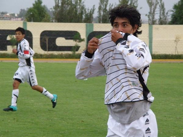 CON MUCHO SENTIMIENTO. Víctor Escobedo festeja su tanto con un curioso beso al escudo puesto en la camiseta de la 'I'. (Foto: Iván Carpio / DeChalaca.com)