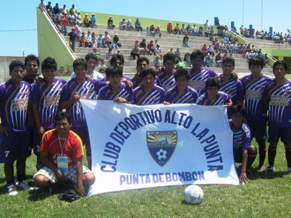 Chemo rodeado por sus compañeros de equipo, previo a un partido por la Liga Distrital de Punta de Bombón (Foto: Juan Jesús Llerena)
