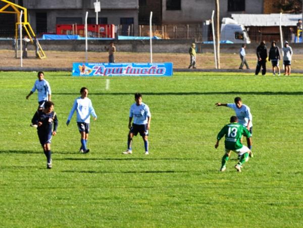 NO HAY ORDEN. Las ideas y el orden escasearon en el cuadro de Estudiantes Puno. (Foto: Gilberth Chiquillan)
