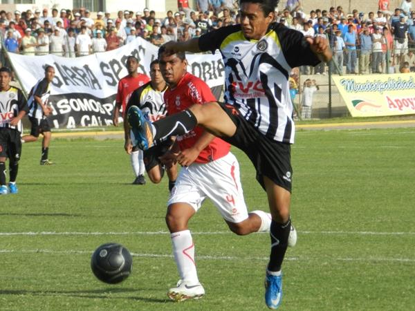 EL DUELO. Miguel Chávez y Manuel Curotto se vieron en más de una ocasión. Dada la altura de ambos, el juego aéreo fue una constante. (Foto: Aldo Ramírez, enviado especial a Ica)