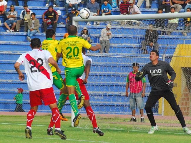 LA CLAVE. Fue nuevamente las acciones de balón quieto que complicaron a Alfonso Ugarte. El gol de Credicoop llegó por esta vía. (Foto: Radio Uno de Tacna)