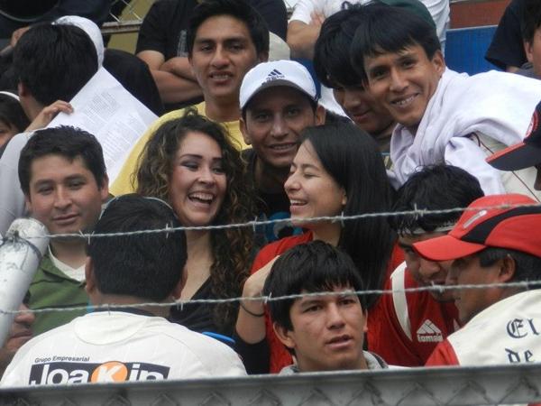 Hay que buscarlas un poquito. Sin embargo dentro de los tantos hinchas de UTC, dos señoritas que también fueron a alentar al 'Gavilán'. (Foto: Aldo Ramírez / DeChalaca.com, enviado especial a Cajamarca)