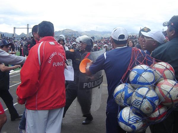 El partido empezó caliente: un integrante de UTC se agarró a golpes con otro de Alfonso Ugarte, obligando la participación policial. (Foto: Aldo Ramírez / DeChalaca.com, enviado especial a Cajamarca)