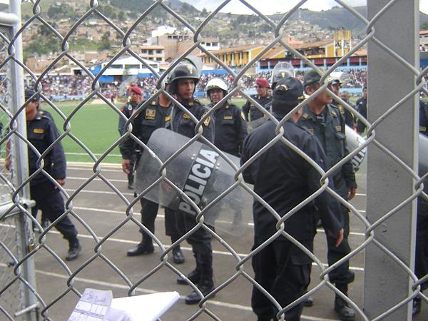 La prensa fue enviada por los efectivos del orden a la tribuna oriente, imposibilitando la labor periodística. (Foto: Aldo Ramírez / DeChalaca.com, enviado especial a Cajamarca)