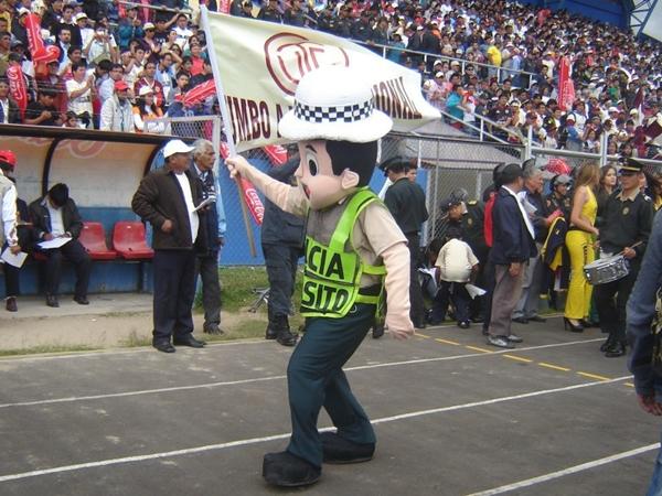 A falta de mascotas en ambos equipos, el singular policia de felpa se hizo presente para animar al público. (Foto: Aldo Ramírez / DeChalaca.com, enviado especial a Cajamarca)