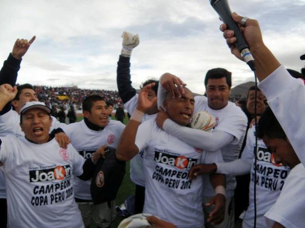 Aparicio y Alemán celebran solo minutos después de que concluyó el partido en Puno. UTC ya esperaba la entrega del trofeo (Foto: Iván Carpio / DeChalaca.com, enviado especial a Puno)