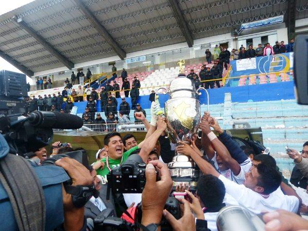 El momento más esperado para la afición cajamarquina: la entrega del trofeo que lo distingue como campeón de la Copa Perú 2012 (Foto: Iván Carpio / DeChalaca.com, enviado especial a Puno)