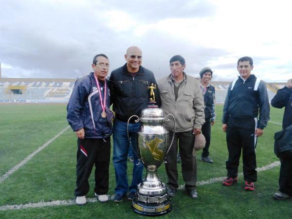 Joaquín Ramírez, el presidente de UTC, posa con un trofeo que anheló ganarlo desde que sumió las riendas del club en 2010 (Foto: Iván Carpio / DeChalaca.com, enviado especial a Puno)