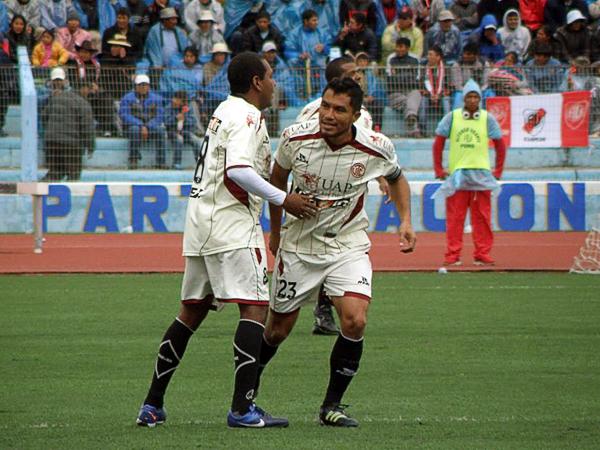 LA CLAVE: En Puno la Copa Perú se empezó a definir a favor de UTC luego que Ricardo Ronceros sacara provecho de la asistencia del 'Pompo' Cordero (Foto: Iván Carpio / DeChalaca.com, enviado especial a Puno)