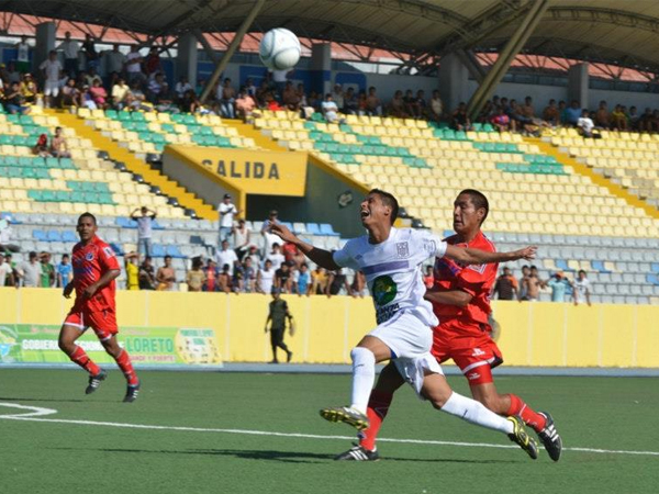 La defensa 'Edil' la tuvo complicada en Iquitos para manejar los avances del equipo de Andoas (Foto: Fernando Herrera / DeChalaca.com)