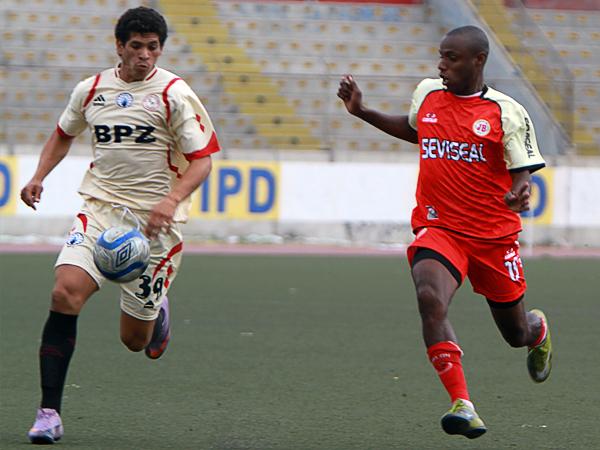 Elbert Merino va a la marca de Miguel Carrillo la tarde cuando Juventud Bellavista, de rojo, venció 2-0 a Sporting Pizarro por la Copa Perú 2012. (Foto: diario La Industria de Trujillo)