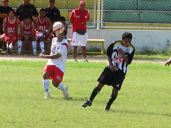 El equipo de Mazamari siempre tomó la iniciativa para buscar el gol, por lo que jugadores como Marco Lliulla la tuvieron difícil para controlar a su rival (Foto: cortesía diario Correo de Ica)