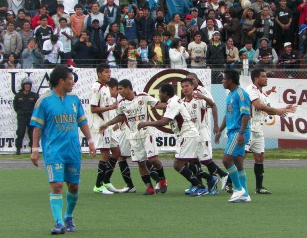 Celebración del gol de Luis Cordero en el 5-1 de UTC sobre Alfred Nobel en la Copa Perú 2012. (Foto: Jorge Cabanillas)