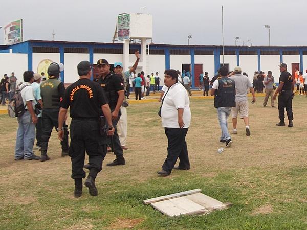 Con el 3-0 a favor de un cuadro tumbesino que pareció cerca de la hazaña, un inadaptado -identificado como integrante de UTC- agredió a Luis Garay. El partido se paralizó varios minutos. (Foto: diario La Prensa de Tumbes)