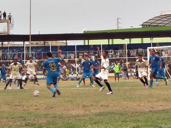 Garay no suspendió el partido, por el contrario, permitió que acabaran los pocos minutos que faltaban. Pese a la goleada en contra, UTC se metió a cuartos de final. (Foto: diario La Prensa de Tumbes)