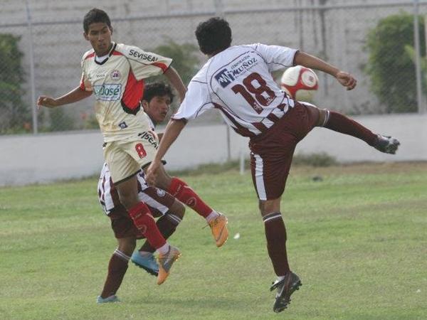 PÍCARO CHIBOLO. El Sub-18 Bryan Carrillo ya daba luces de su talento en el campo. Anduvo intratable en el ataque del JB. (Foto: Prensa Juventud Bellavista)