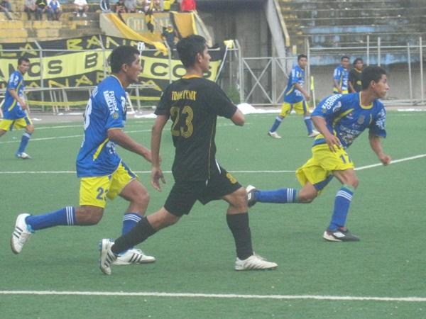 MILAGRO. Con un disparo fortuito de Víctor Tuesta, Santa Rosa dio la sorpresa y venció de manera inesperada al recordado Deportivo Bancos. (Foto: Davidson Arce)