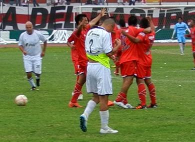 Festejo de Deportivo Municipal, de rojo, la tarde de su goleada 3-0 sobre Walter Ormeño en la Copa Perú 2012. (Foto: Paul Arrese / DeChalaca.com)