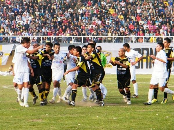 UF, QUÉ CALOR. Este partido se mantuvo caliente durante gran parte. Eliseo Peña trató de llevar el partido en orden. (Foto: Wagner Quiroz / DeChalaca.com)