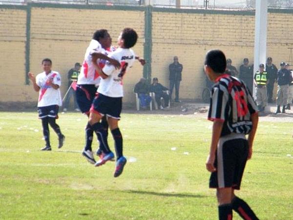 IMPACTO DE GLORIA. Vinces, con potente derechazo, logró la ventaja a los 18'. Deportivo Municipal se encaminaba al título. (Foto: Wagner Quiroz / DeChalaca.com)
