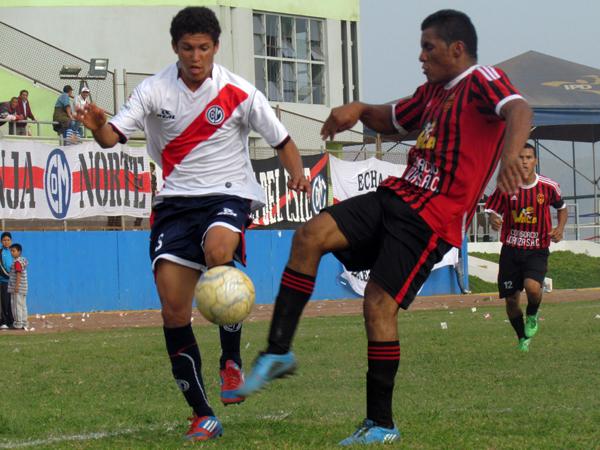 IBA BUSCANDO. Municipal se acercaba al área de Sporting Ermitaño pero no encontraba claridad. (Foto: José Salcedo / DeChalaca.com)