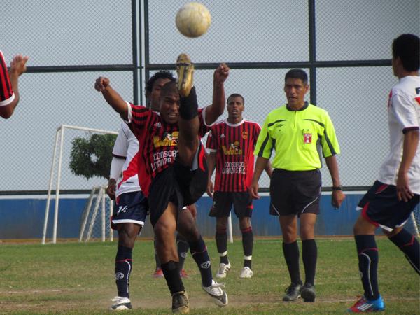 SACANDO TODO. Sporting Ermitaño sacaba todo balón que llevara peligro a su área. (Foto: José Salcedo / DeChalaca.com)
