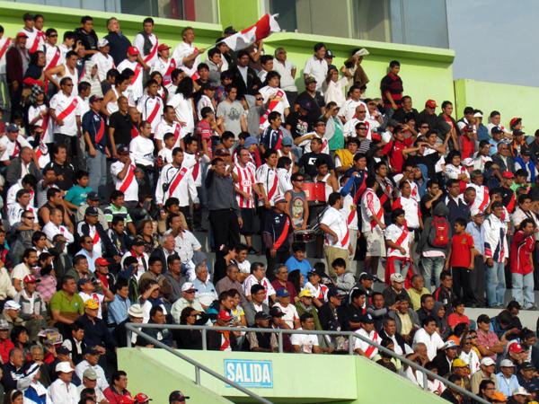 SIEMPRE APOYANDO. La barra edil llenó el Manuel Bonilla y no dejaba de alentar como siempre. (Foto: José Salcedo / DeChalaca.com)