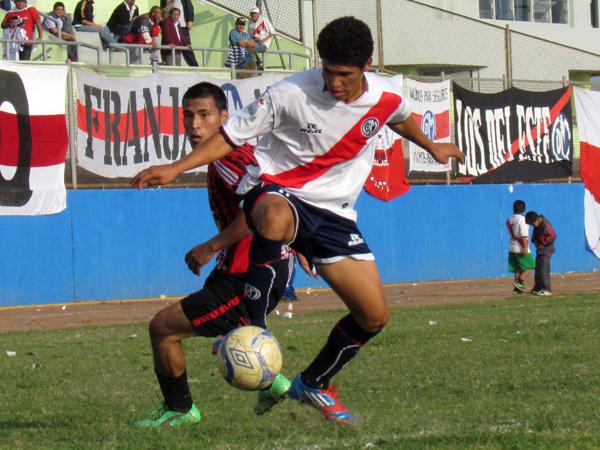 TODAS PARA ÉL. Yeison Vinces gana el balón pero no llegará con claridad de gol. (Foto: José Salcedo / DeChalaca.com)